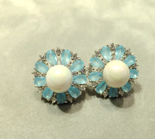 Load image into Gallery viewer, Flower earrings with pearl