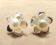 Load image into Gallery viewer, White pearl flower earrings