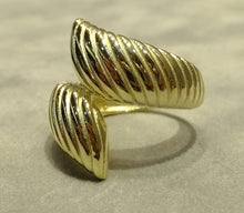 Load image into Gallery viewer, side view of twisted gold ring