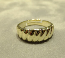Load image into Gallery viewer, Gold twisted band ring