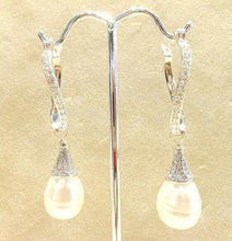 Load image into Gallery viewer, Teardrop pearl earring