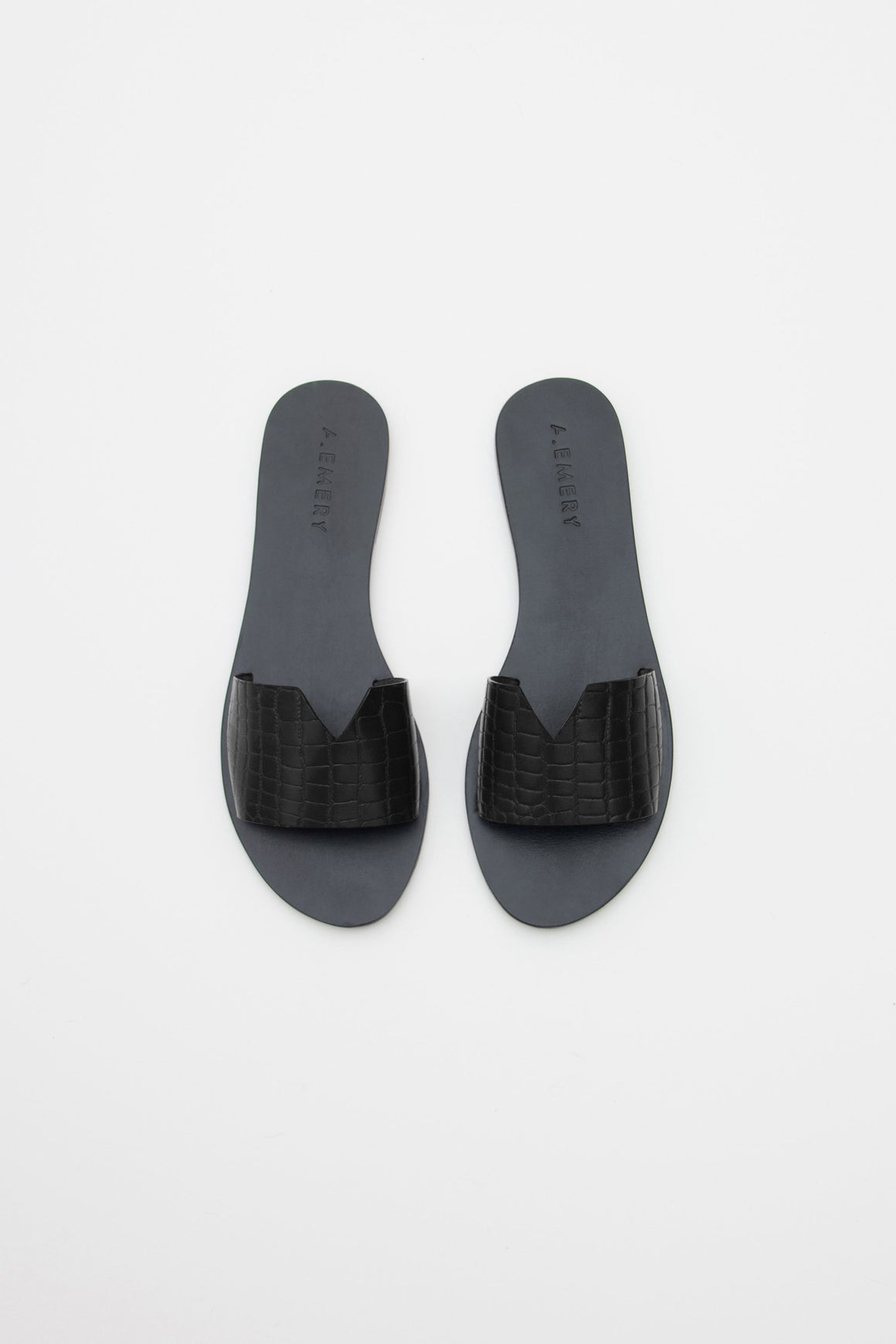 JASPER is an impossibly easy and chic slide. Made from our croc embossed leather with cut V detail. Pair with jeans and a t-shirt or as part of your vacation wardrobe.Ê