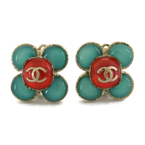 CHANEL A16C CC COLOR STONE FLOWER CLOVER EARRINGS.