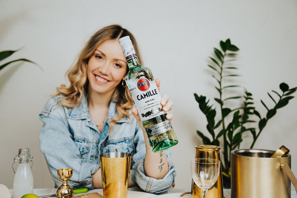Camille showing her personalised bottle of Bacardí Carta Blanca