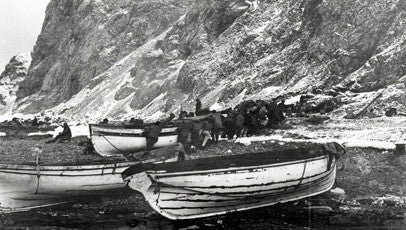 Crew unloading the James Caird, Dudley Docker and Stancombe Wills