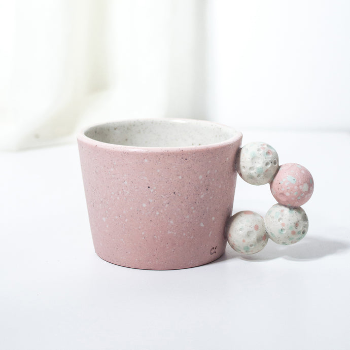 -Cappuccino / Latte Coffee Cup l Stacked Pebble Handle -White Matt glaze on coloured porcelain clay -Slight angle toward to lip with stacked pebble handle -Modern simple shape + natural particle texture *Particle Collection Splashed coloured minerals on bare skin of clay to create the depth and contrast between them.
