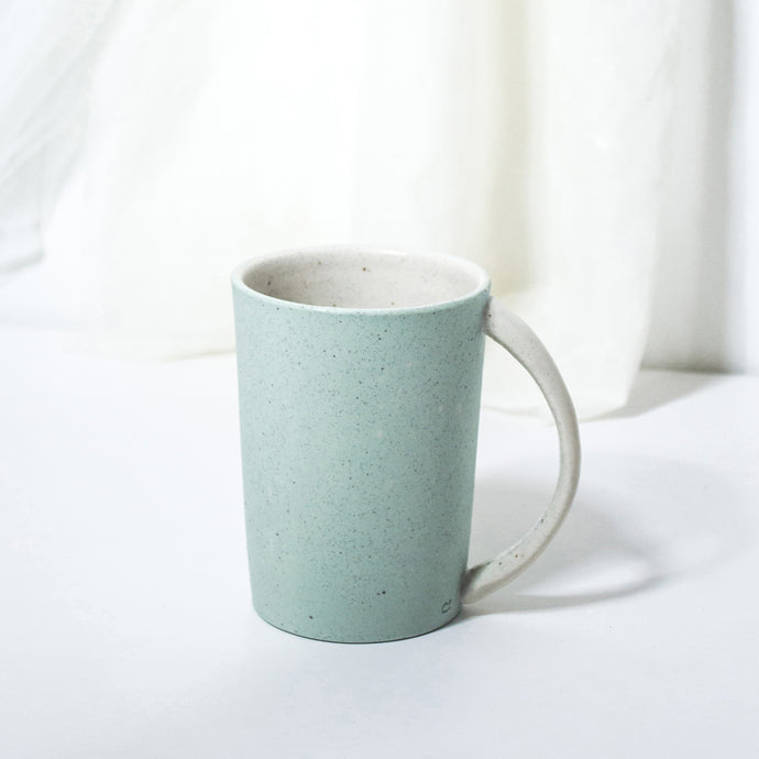 -Americano Coffee / Tea Cup -White Matt glaze on coloured porcelain clay -Slight angle toward to lip with full arch handle -Modern simple shape + natural particle texture *Particle Collection Splashed coloured minerals on bare skin of clay many times to create the depth and contrast between them