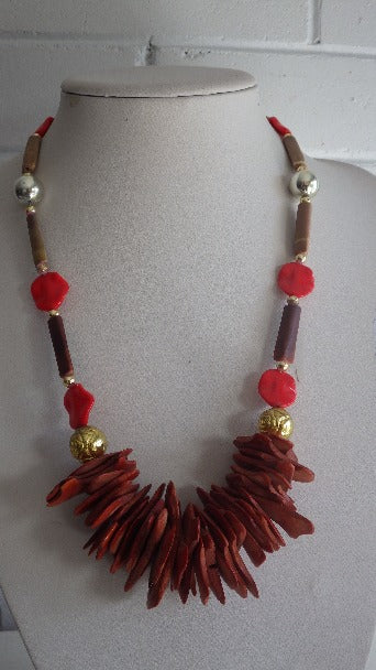 VINTAGE SHELL AND DYED RED COCONUT CHIP NECKLACE PENDANT