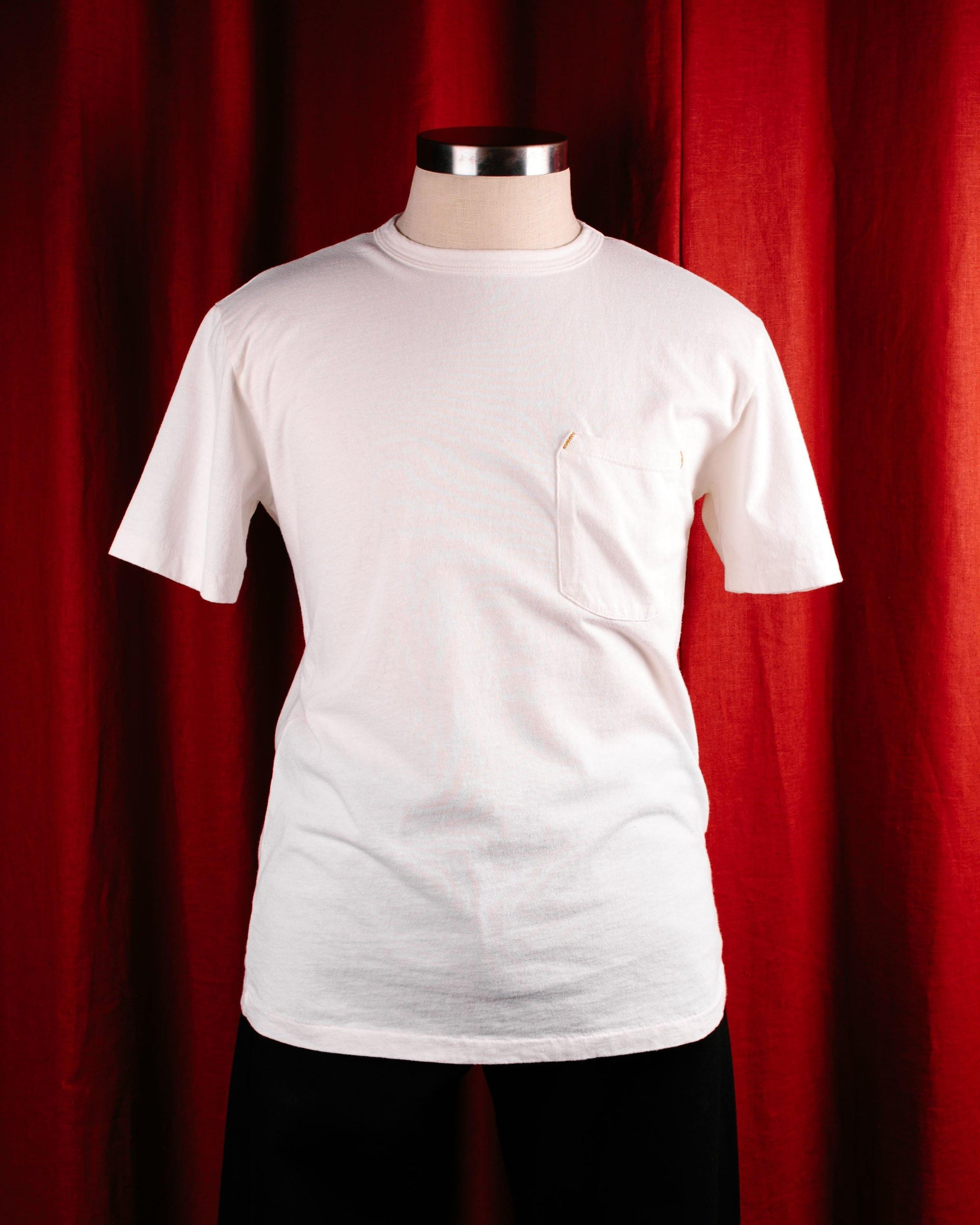 The Freenote Cloth 9oz short sleeves t-shirt in whtie is shown with a breast pocket and rounded collar.