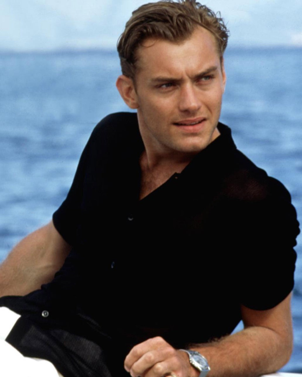 Jude Law wearing a camp collar shirt as Dickie Greenleaf in The Talented Mr Ripley