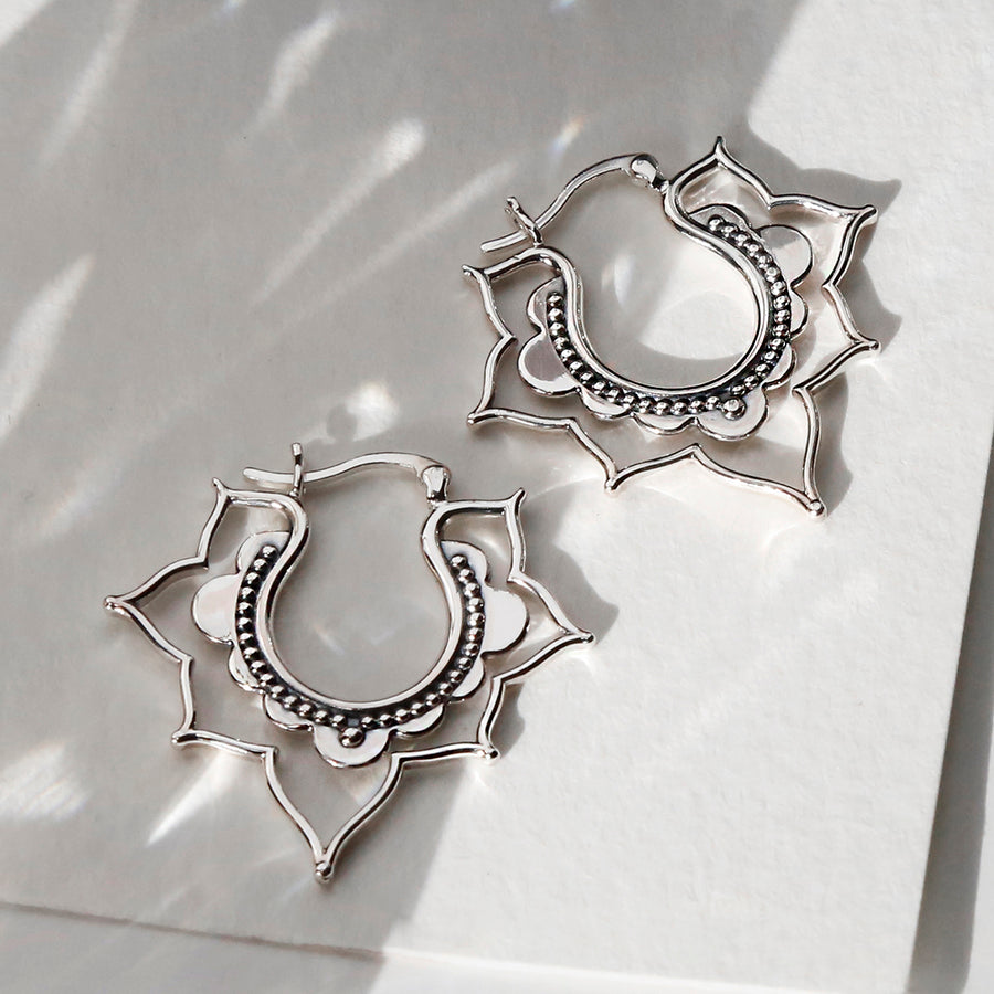 ML908_Sterling Silver Kaleidoscope hoops close up catching light