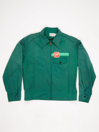 7UP' Branded Lightweight Jacket Zip Up 70s Collar Front Pocket and Button Cuffs  Small Patched Logo on The Front and Large Logo on The Back  Green / Red / White Size Medium
