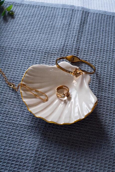 Porcelain seashell jewellery dish white & gold - ZLATNAporcelain