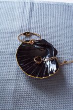 Lade das Bild in den Galerie-Viewer, Porcelain seashell jewellery dish black & gold - ZLATNAporcelain