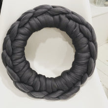 Load image into Gallery viewer, Cozy wool wreath