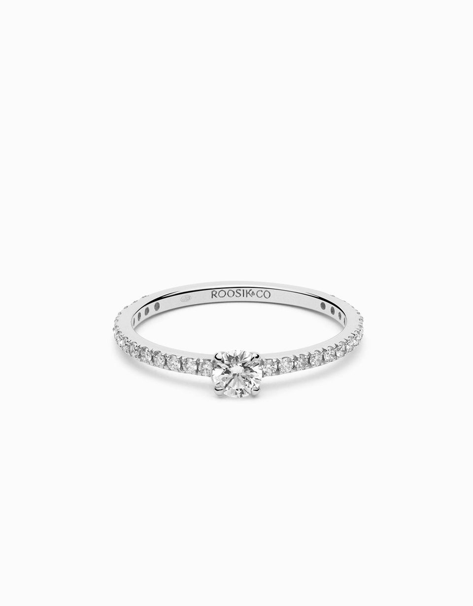 Solitaire engagement ring in white gold and diamonds