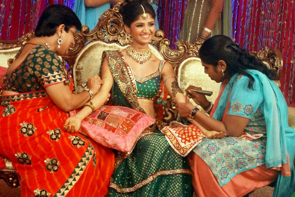 Let's don up minimal jewellery for the mehendi function of the wedding