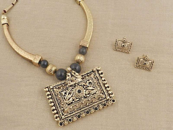 Antique necklace set will look gorgeous if worn in the mehendi function of the wedding.