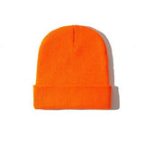 Bonnet Court en maille orange sur fond blanc