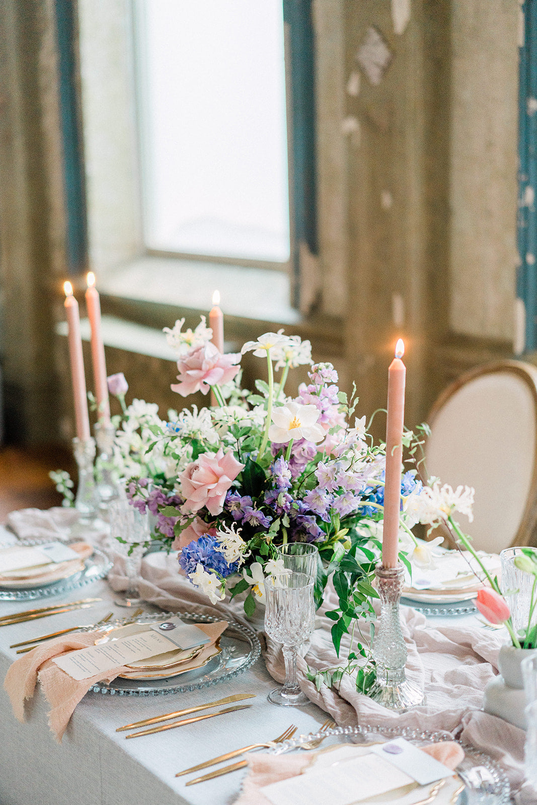 table setting blush pink napkins grey table runners