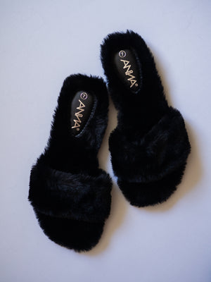 Soft Fur Strap Slipper / Black