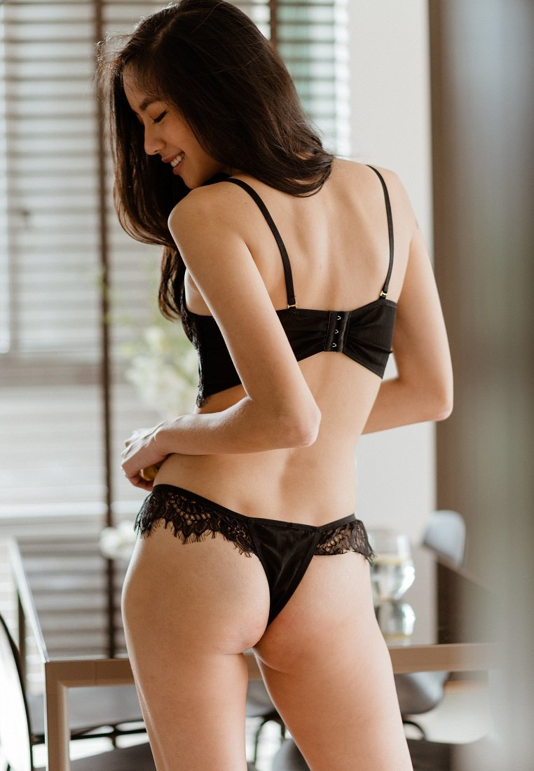 NOIR LACE AND MESH THONG BLACK
