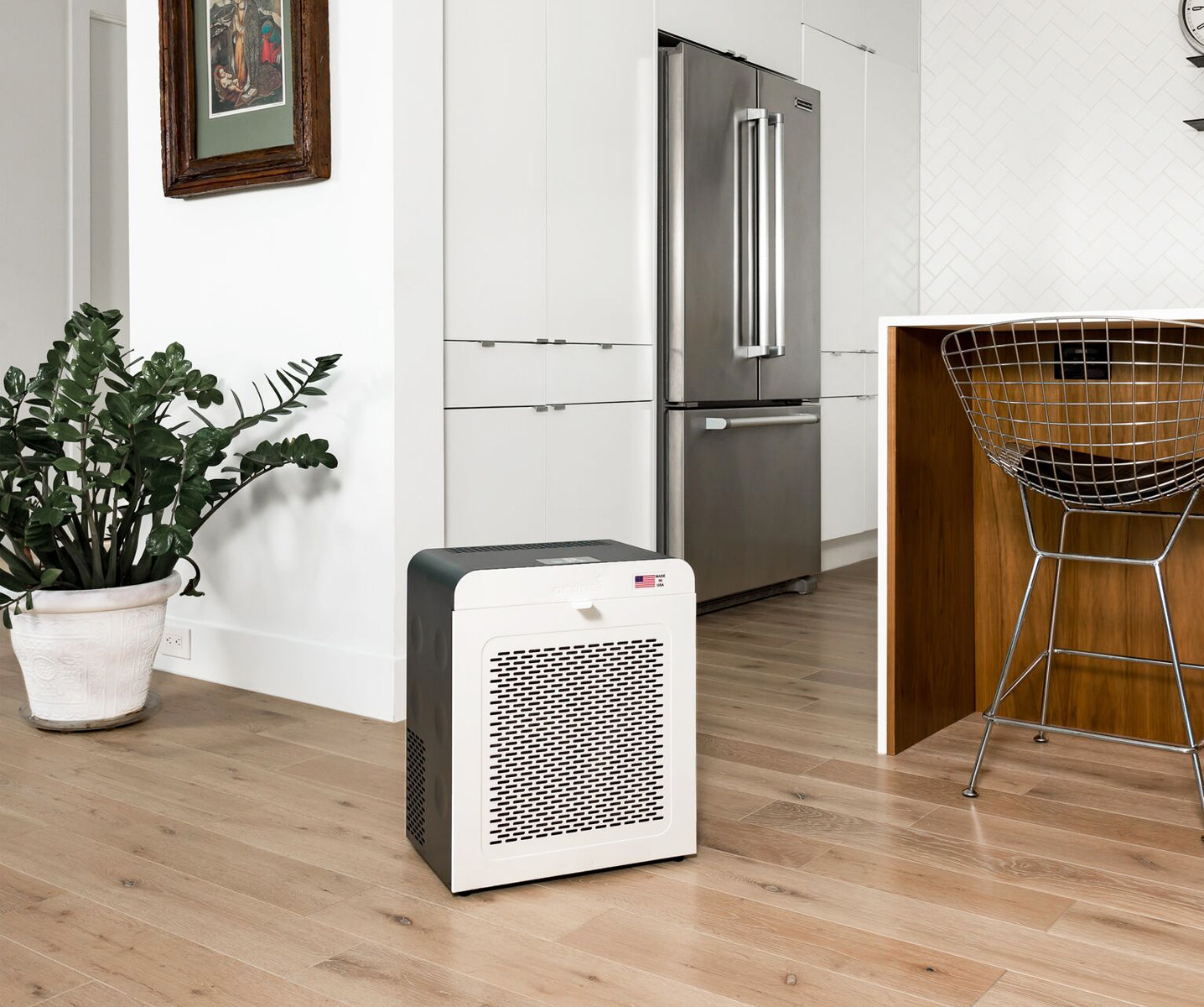 EJ120 air purifier in a kitchen for dust and odor removal