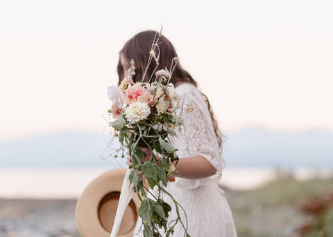 Beach wedding with airy bouquet