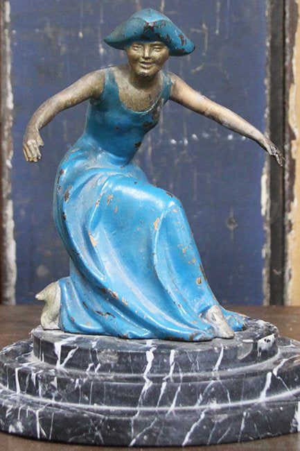 1920's curtseying figurine