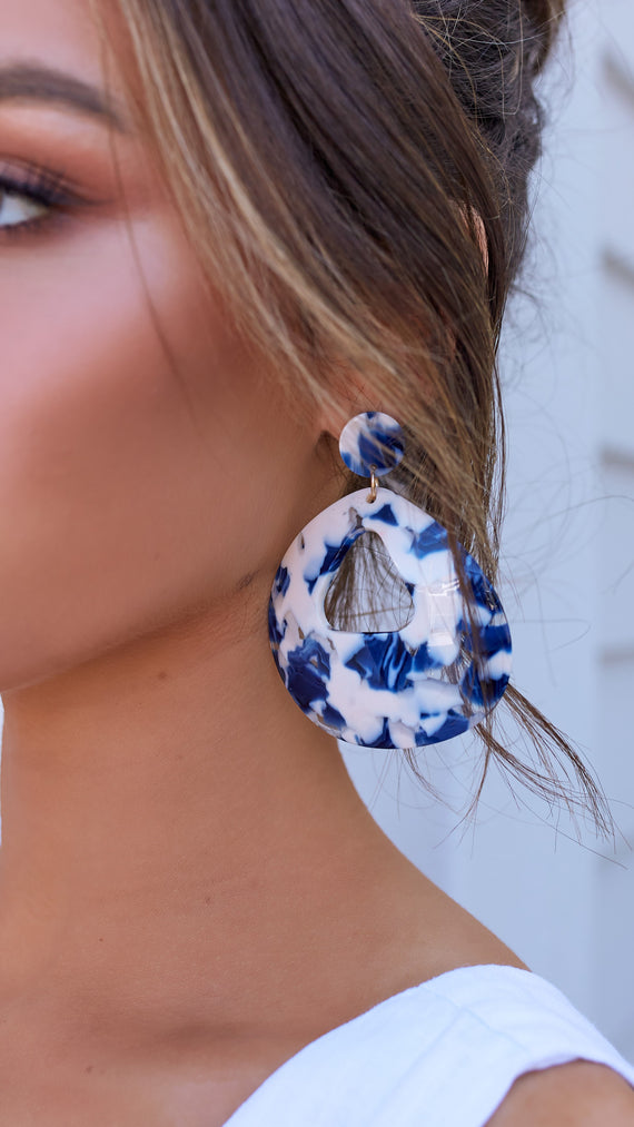 CURVED CUT OUT RESIN EARRINGS - Blue/White
