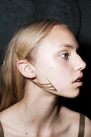 this golden earpiece is a couture statement and part of our LACUNA collection. Dieser goldene Ohrschmuck ist ein couture Statement aus unserer LACUNA Kollektion.