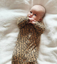 Afbeelding in Gallery-weergave laden, Newborn - Knotted Sleep Gown - Leopard