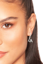 Afbeelding in Gallery-weergave laden, la sisters tiny hoop earrings zilver