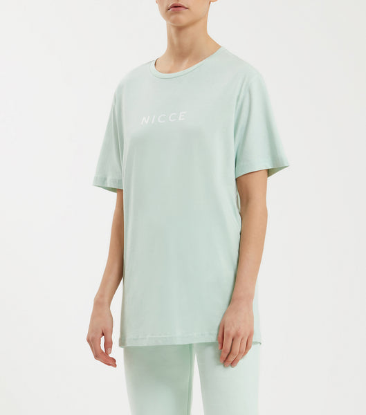 Original center logo t-shirt in mint. Featuring crew neck, short sleeve, curved hem and printed centre chest logo. Pair with joggers or denim.  This is a unisex product, size down for true women's sizing.