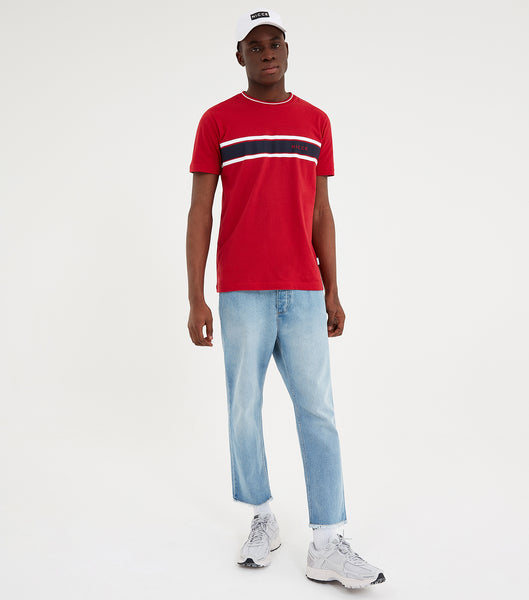 Varsity t-shirt in red. Featuring printed varsity stripe in navy and white, contrasting white crew neck rib, short sleeves and printed logo. Pair with joggers or shorts.