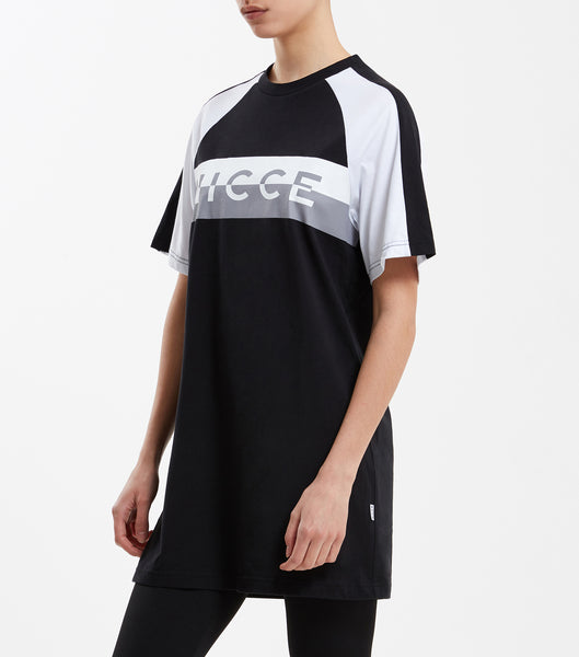 Action t-shirt dress in black and white. Featuring short raglan sleeves, crew neck and contrast split logo print. Pair with t-shirt or hood.   Details: Black and white Crew Neck Printed logo 100% Cotton #NICCE