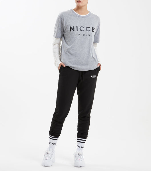 This essential short-sleeved t-shirt in grey is made from lightweight and comfortable fabric, it has a relaxed fit and features the NICCE original logo. A piece that can be worn on its own or as an easy extra layer.