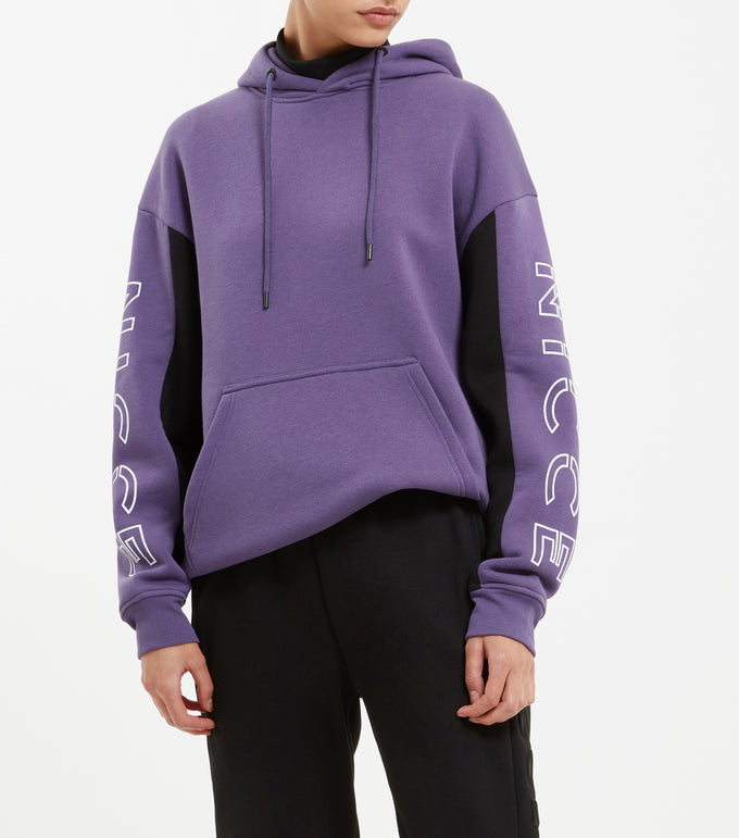 Contrast good in violet. Features oversized fit, overhead hood, two colour panelling in black and violet, front pocket pouch, large raised printed split keyline logo and finished with small side tab label.
