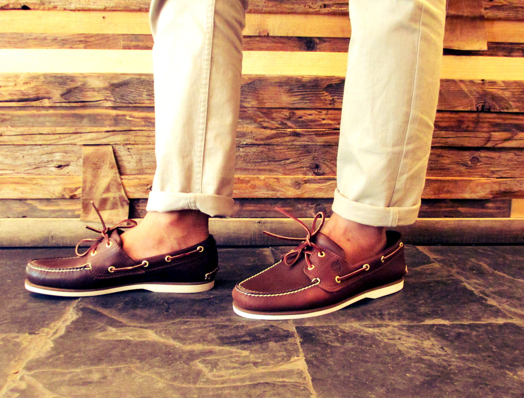 men's chinos with boat shoes and no socks