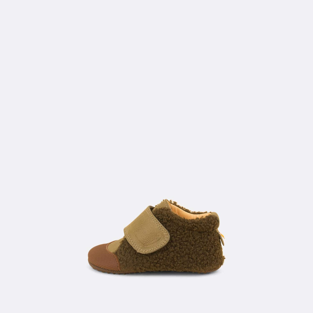 Soft baby chukka in khaki leather detailed with faux fur.
