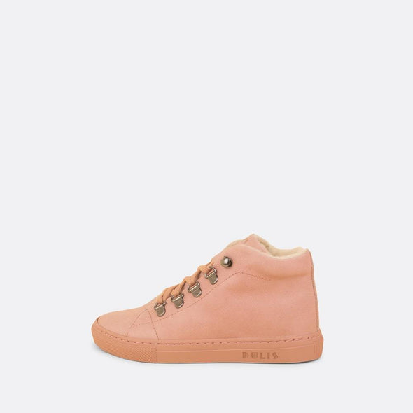 Kids' mid sneaker in rose leather lined with faux fur.