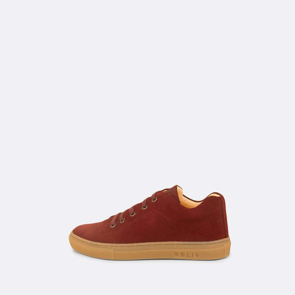 Kids' bordeaux suede sneaker with matching laces.