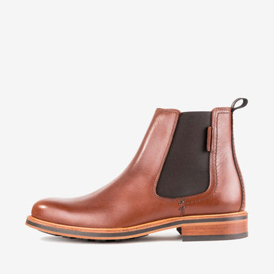 Mnimalist chelsea boots in camel brown polished leather with a chunky sole.