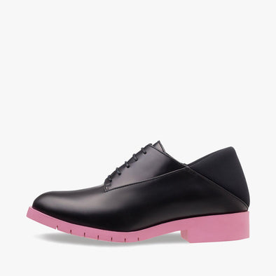 Derby shoes in black leather with neoprene heel counter and contrasting pink rubber track sole