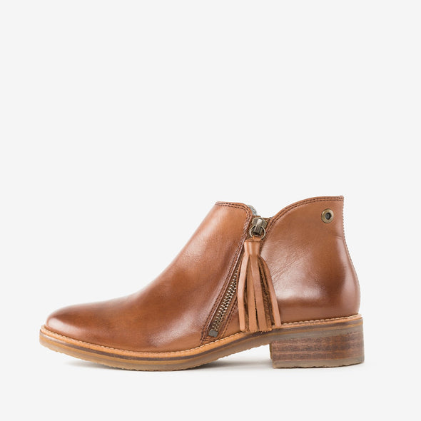 Ankle boots in camel brown burnished leather, closing with a side zipper embellished with a tassel