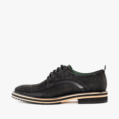 Casual derby shoes in black waxed leather with a lined texture and track sole