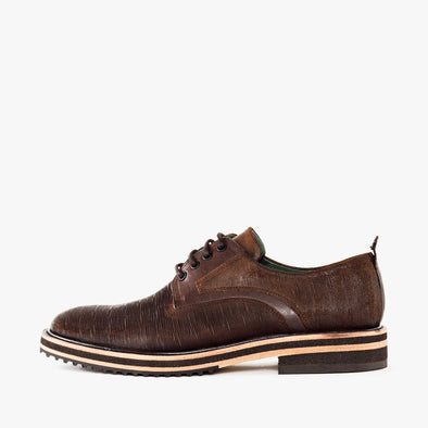 Casual derby shoes in brown waxed leather with a lined texture and track sole