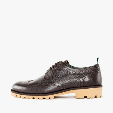 Brown derby shoes in brown pebbled leather with contrasting beige track sole and wingtip brogue details