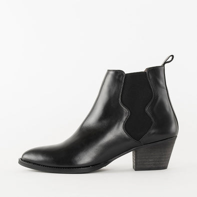 Low heeled chelsea boots in black leather with a pointed toe and a comma chunky heel