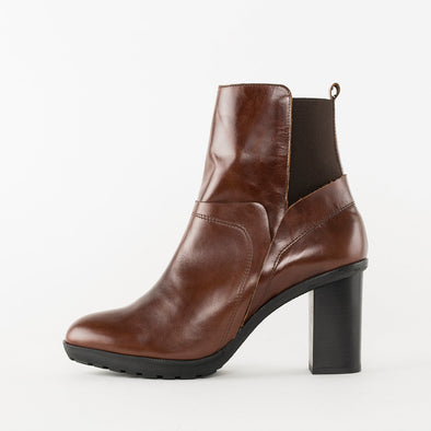 High-heeled chelsea boots in cognac brown leather with a block heel